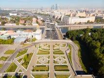 Πολυκατοικίες πανοράματος και μεταφορά της μητρόπολης, του αναχώματος Frunzenskaya και του τρίτου δαχτυλιδιού μεταφορών, αυτοκίνη στοκ εικόνες