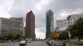 Πολυκατοικίες σε Potsdamer Platz, Βερολίνο - μετακινηθείτε/ευρύς πυροβολισμός αναρτήρων σε 25p 4K απόθεμα βίντεο