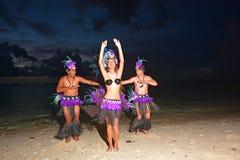 Πολυνησιακοί χορευτές των Islander Cook που χορεύουν στη λιμνοθάλασσα ι παραλιών Muril στοκ φωτογραφία