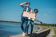 πολυπολιτισμικά άτομα με το κενό χαρτόνι που περπατούν στο στηθαίο ενώ Στοκ φωτογραφίες με δικαίωμα ελεύθερης χρήσης