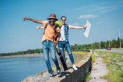 πολυπολιτισμικά άτομα με το κενό χαρτόνι που περπατούν στο στηθαίο ενώ Στοκ Φωτογραφίες