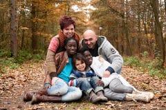 Πολυπολιτισμική οικογένεια στοκ φωτογραφία με δικαίωμα ελεύθερης χρήσης