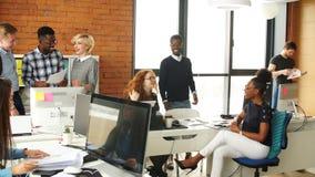 Πολυπολιτισμική ομάδα των ενεργών επιχειρηματιών στην καλή διάθεση που απολαμβάνει ξοδεύοντας το χρόνο απόθεμα βίντεο