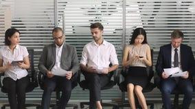 Πολυπολιτισμικοί υποψήφιοι επιχειρηματιών στη σειρά που περιμένει τη συνέντευξη εργασίας απόθεμα βίντεο