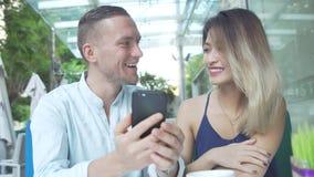 Πολυπολιτισμικό ζεύγος που χρησιμοποιεί app στο smartphone από κοινού Στοκ εικόνα με δικαίωμα ελεύθερης χρήσης