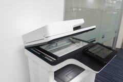 Πολυσύνθετος εκτυπωτής στην αρχή για τον υπάλληλο στα επιχειρησιακά έγγραφα τυπωμένων υλών, ανίχνευσης και αντιγράφων στοκ φωτογραφία με δικαίωμα ελεύθερης χρήσης