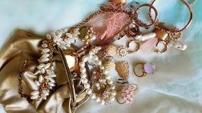 Πολυτέλειας κοστουμιών μαργαριταριών κοσμήματος εκλεκτής ποιότητας χρυσή γοητεία περιπτώσεων μόδας η σύγχρονη χρυσή καλλυντική το στοκ φωτογραφία με δικαίωμα ελεύθερης χρήσης