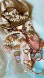 Πολυτέλειας κοστουμιών μαργαριταριών κοσμήματος εκλεκτής ποιότητας χρυσή γοητεία περιπτώσεων μόδας η σύγχρονη χρυσή καλλυντική το στοκ εικόνες