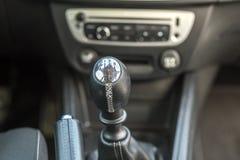 Πολυτελές εσωτερικό δέρματος αυτοκινήτων μαύρο Λεπτομέρεια κινηματογραφήσεων σε πρώτο πλάνο handbrake του χειρωνακτικών φρένου κα στοκ εικόνες με δικαίωμα ελεύθερης χρήσης