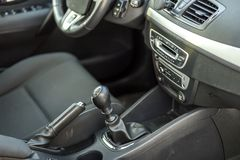 Πολυτελές εσωτερικό δέρματος αυτοκινήτων μαύρο Handbrake χειρωνακτικά φρένο και gearshift ραβδί στο θολωμένο υπόβαθρο Μεταφορά, σ στοκ εικόνα