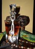 Πολυτελές μπουκάλι κρυστάλλου του γυαλιού ουίσκυ και κρασιού στον πίνακα στοκ εικόνες