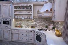 Πολυτελής άσπρη κουζίνα σε ένα κλασικό ύφος στοκ φωτογραφία