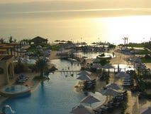 πολυτελής κολύμβηση λιμνών ξενοδοχείων Στοκ εικόνα με δικαίωμα ελεύθερης χρήσης