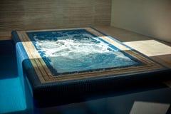 Πολυτελής πισίνα βιλών με τη SPA και τους τουβλότοιχους στοκ φωτογραφία