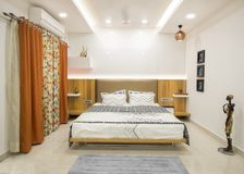 Πολυτελής σύγχρονη κρεβατοκάμαρα στοκ φωτογραφίες