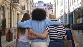 Πολυφυλετικά κορίτσια που αγκαλιάζουν ψωνίζοντας απόθεμα βίντεο