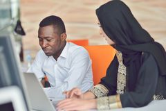 Πολυφυλετική σύγχρονη εργασία επιχειρηματιών που συνδέεται με τις τεχνολογικές συσκευές όπως την ταμπλέτα και το lap-top Στοκ φωτογραφία με δικαίωμα ελεύθερης χρήσης