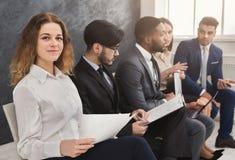 Πολυφυλετικοί άνθρωποι που περιμένουν στη σειρά αναμονής που προετοιμάζεται τη συνέντευξη εργασίας Στοκ εικόνα με δικαίωμα ελεύθερης χρήσης