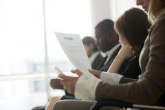 Πολυφυλετικοί επιχειρηματίες που περιμένουν στη σειρά αναμονής που προετοιμάζεται την εργασία ι Στοκ εικόνες με δικαίωμα ελεύθερης χρήσης