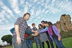 πολυφυλετικοί σπουδαστές στοιβών χεριών στοκ φωτογραφίες