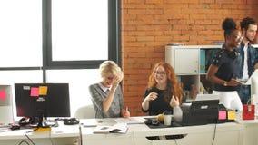 Πολυφυλετικοί σύγχρονοι επιχειρηματίες στη διαδικασία εργασίας στο σύγχρονο στούντιο απόθεμα βίντεο