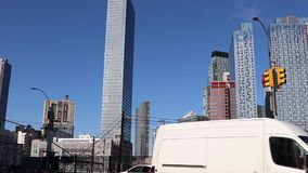 Πολυόροφα κτίρια στην πόλη Long Island βασίλισσες NY Οικοδόμηση εμπορικού και κατοικημένου κτηρίου Το Νοέμβριο του 2018 απόθεμα βίντεο