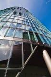 Πολυόροφο κτίριο με την απεικόνιση του ουρανού Στοκ Φωτογραφίες