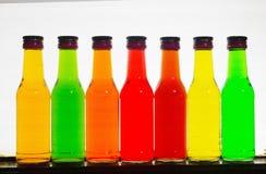 Πολυ γυαλί μπουκαλιών χρωμάτων στο άσπρο υπόβαθρο στοκ φωτογραφίες