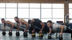 Πολυ-εθνική ομάδα αρσενικών αθλητών που εκπαιδεύουν στη γυμναστική Crossfit απόθεμα βίντεο