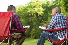 Πολυ-εθνική ομάδα φίλων που μιλούν και που έχουν μια μελέτη Βίβλων στοκ εικόνα