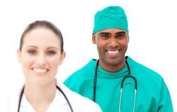 Πολυ-εθνικοί γιατροί που στέκονται σε μια σειρά Στοκ Εικόνες
