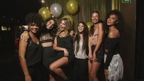 Πολυ-εθνικοί φίλοι γυναικών που απολαμβάνουν στο κόμμα φιλμ μικρού μήκους