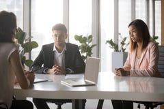 Πολυ-εθνικοί χιλιετείς επιχειρηματίες που διαπραγματεύονται στην αίθουσα συνεδριάσεων στοκ φωτογραφίες