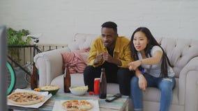 Πολυ-εθνικό αθλητικό παιχνίδι προσοχής ζευγών στη TV μαζί στο σπίτι και να φωνάξει ενώ η αγαπημένη ομάδα τους κερδίζει στο σπίτι απόθεμα βίντεο
