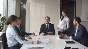 Πολυ-εθνικό 'brainstorming' συνεδρίασης των επιχειρησιακών ομάδων που μοιράζεται τις νέες ιδέες Στοκ Φωτογραφία