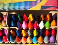 Πολυ κραγιόνια χρώματος που συσσωρεύονται τακτοποιημένα σε ένα κιβώτιο Στοκ Φωτογραφίες