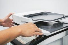 Πολυ λειτουργικός εκτυπωτής χρήσης επιχειρηματιών στην αρχή για την εργασία Στοκ φωτογραφία με δικαίωμα ελεύθερης χρήσης