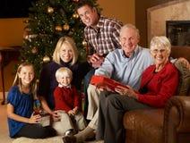 Πολυ οικογενειακά ανοίγοντας χριστουγεννιάτικα δώρα παραγωγής Στοκ Φωτογραφία