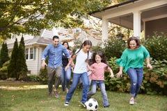 Πολυ οικογενειακό παίζοντας ποδόσφαιρο παραγωγής στον κήπο στοκ φωτογραφίες με δικαίωμα ελεύθερης χρήσης
