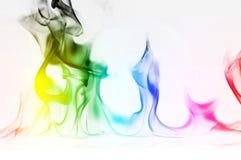 Πολυ περίληψη φλογών πυρκαγιάς χρώματος στο άσπρο υπόβαθρο Ένας απόκρυφος ζωηρόχρωμος καπνός Μουτζουρωμένη φωτεινή αφαίρεση με τι στοκ εικόνες