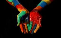 Πολυ πυγμή χεριών χρωμάτων χρωματισμένη πετρέλαιο κοντά επάνω που προσεύχεται τη χειρονομία Στοκ φωτογραφία με δικαίωμα ελεύθερης χρήσης