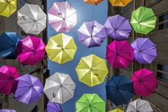 Πολυ χρωματισμένες ομπρέλες ως τέχνη οδών σε Arles, Προβηγκία, νότος της Γαλλίας Στοκ Φωτογραφίες