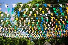 Πολυ χρωματισμένες τριγωνικές σημαίες που κρεμούν στον ουρανό υπαίθριο roa Στοκ εικόνες με δικαίωμα ελεύθερης χρήσης