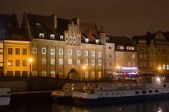 ΠΟΛΩΝΙΑ, ΓΝΤΑΝΣΚ - 12 ΔΕΚΕΜΒΡΊΟΥ 2014: Ιστορικά κτήρια στην ακτή του ποταμού Motlawa στο παλαιό μέρος της πόλης Στοκ φωτογραφία με δικαίωμα ελεύθερης χρήσης