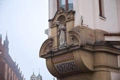 ΠΟΛΩΝΙΑ, ΚΡΑΚΟΒΙΑ - 1 ΙΑΝΟΥΑΡΊΟΥ 2015: Λεπτομέρειες του ιστορικού σπιτιού Suski στην Κρακοβία Στοκ Φωτογραφίες