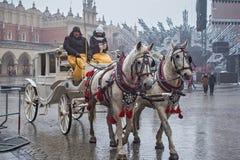 ΠΟΛΩΝΙΑ, ΚΡΑΚΟΒΙΑ - 1 ΙΑΝΟΥΑΡΊΟΥ 2015: Μεταφορές αλόγων στο oldtown σε μια πρώτη ημέρα του νέου έτους 2015 στοκ εικόνα
