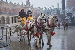 ΠΟΛΩΝΙΑ, ΚΡΑΚΟΒΙΑ - 1 ΙΑΝΟΥΑΡΊΟΥ 2015: Μεταφορές αλόγων στο oldtown σε μια πρώτη ημέρα του νέου έτους 2015 στοκ φωτογραφίες