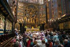 ΠΟΛΩΝΙΑ, ΚΡΑΚΟΒΙΑ - 27 ΜΑΐΟΥ 2016: Τουρίστες σε αναμονή για το άνοιγμα του κύριου βωμού του ST Mary&#x27 εκκλησία του s Στοκ εικόνες με δικαίωμα ελεύθερης χρήσης