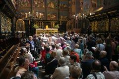 ΠΟΛΩΝΙΑ, ΚΡΑΚΟΒΙΑ - 27 ΜΑΐΟΥ 2016: Τουρίστες σε αναμονή για το άνοιγμα του κύριου βωμού του μεσαιωνικού ST Mary&#x27 εκκλησία του Στοκ φωτογραφία με δικαίωμα ελεύθερης χρήσης