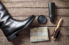 Πολωνική κρέμα, βούρτσα, βρώμικο ύφασμα και μαύρη μπότα Στοκ εικόνες με δικαίωμα ελεύθερης χρήσης